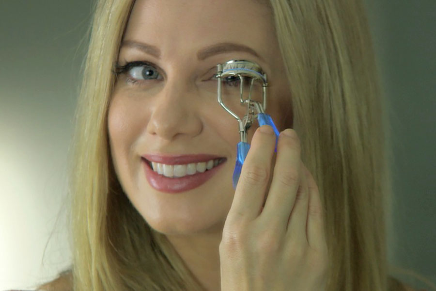 The Sympler Eyelash Curler is quick and easy, giving you a fast curl with Hollywood glamour