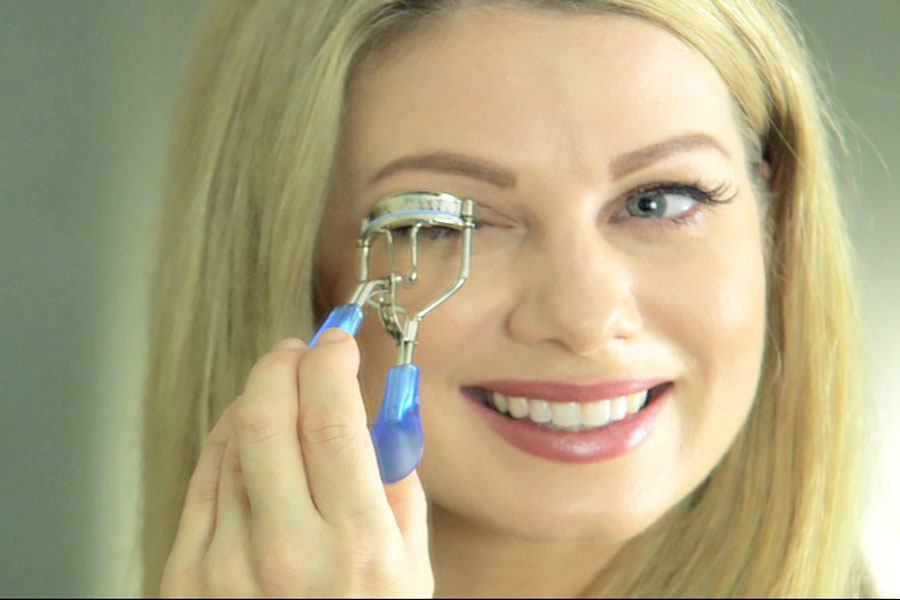 The Sympler Eyelash Curler is easy to use and simple