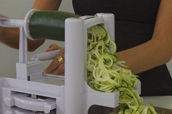 Effortlessly makes medium and thick cut noodles from zucchini and other vegetables for veggie pasta